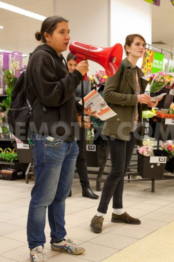 Human rights activists explained to Sainsbury's shoppers how Sainsbury's has mislabelled products from Israeli settlements in the West Bank as 'Produce of Israel'.